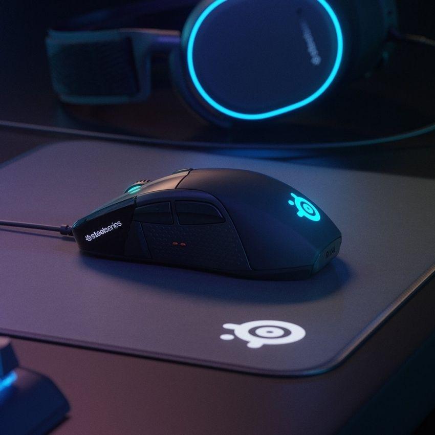 Skrivebord med gamer mus på