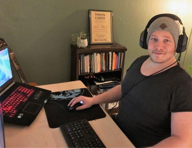 Niklas Nyblom i hans lejlighed